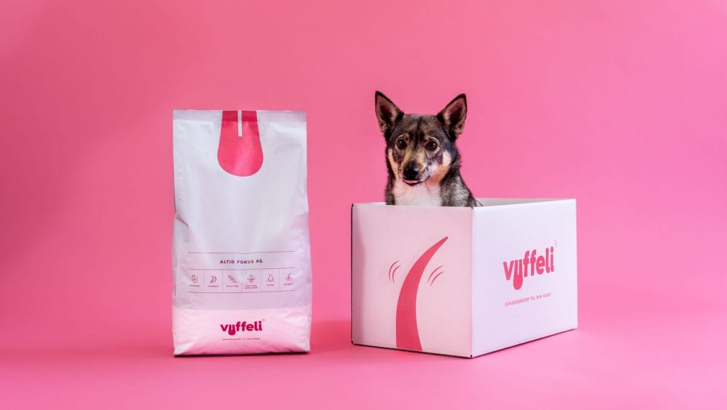 hund inde i vuffeli kasse som der har fået foderVuffeli hundeblog