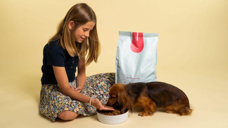 pige giver foder til hundVuffeli hundeblog