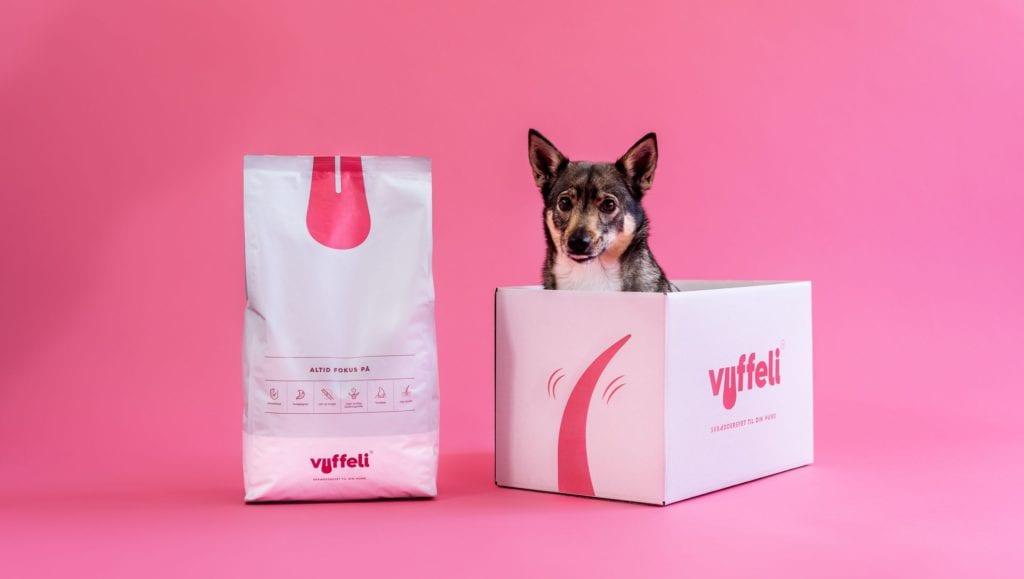 hund kommer ud fra vuffeli kasseVuffeli hundeblog