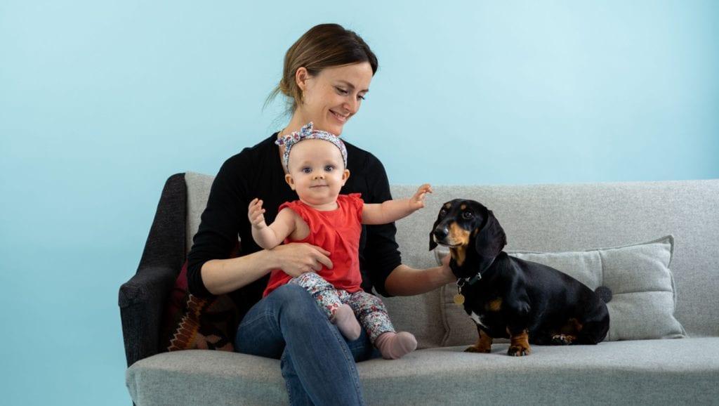 baby, ejer og hund på sofaenVuffeli hundeblog