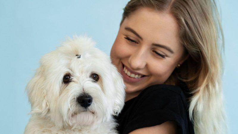 pige med lille hvid hund